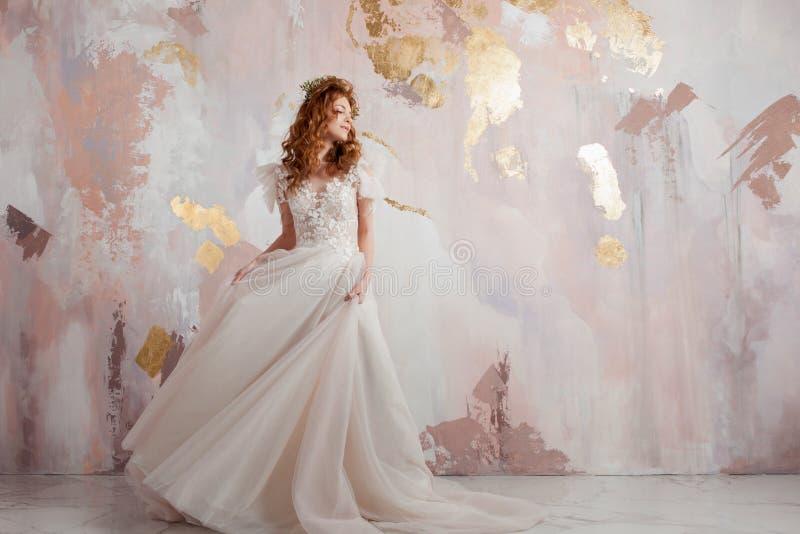 Elegante roodharige meisjesbruid Jonge mooie vrouw in huwelijkskleding royalty-vrije stock foto