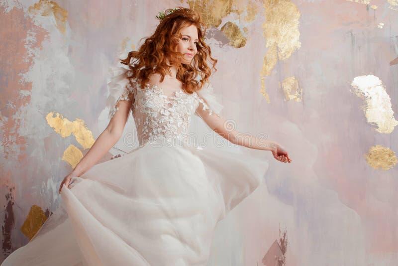 Elegante roodharige meisjesbruid Jonge mooie vrouw in huwelijkskleding royalty-vrije stock foto's