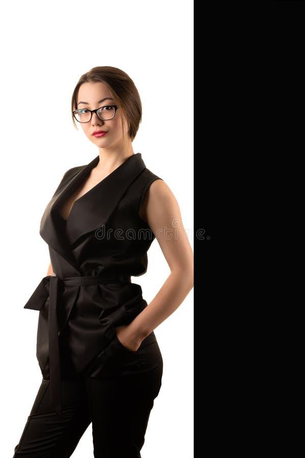 Elegante schöne Geschäftsfrau im schwarzen Anzug lizenzfreies stockfoto