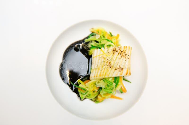 Elegante schotel met gebraden pijlinktvis en groenten royalty-vrije stock fotografie
