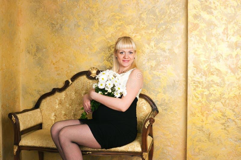 Elegante schwangere Frau stockfoto