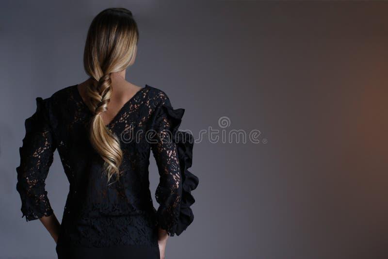 Elegante schwarze Ausstattung für Frauen im Studio, modernes coiffuree stockbilder