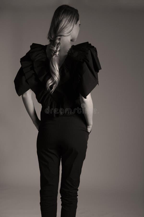 Elegante schwarze Ausstattung für Frauen im Studio, modernes coiffuree lizenzfreies stockfoto