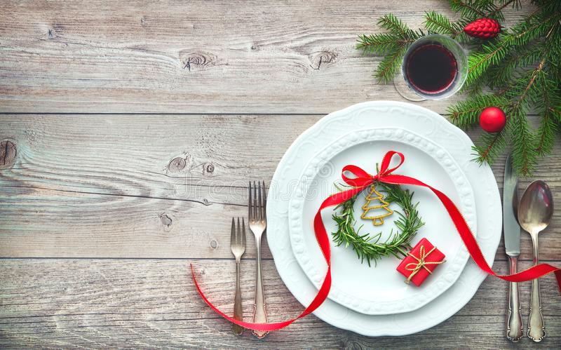 Elegante servida de la tabla de cena dispuesto con las decoraciones de la Navidad imágenes de archivo libres de regalías