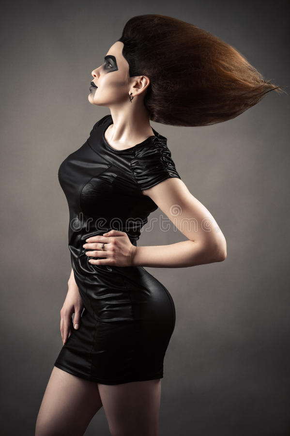 Elegante sexy Frau mit dem üppigen Haar lizenzfreies stockbild