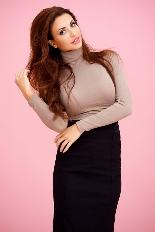 Elegante sexy roodharigevrouw stock foto