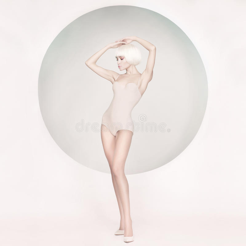 Elegante sinnliche Frau auf geometrischem Hintergrund stockbild