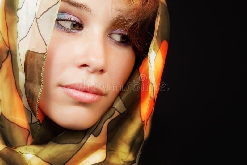 Elegante sinnliche junge Frau mit buntem vail lizenzfreie stockfotos