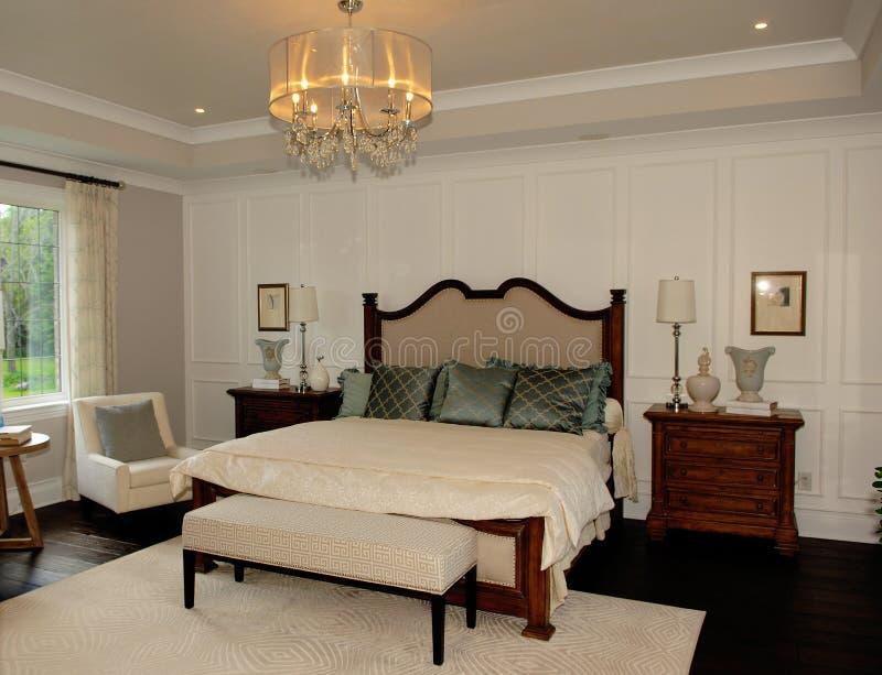 Elegante slaapkamer in een nieuw huis stock fotografie