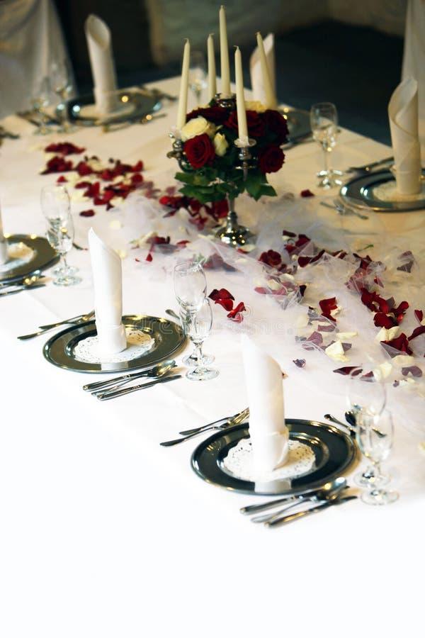Elegante Tabelle abgedeckt lizenzfreies stockfoto