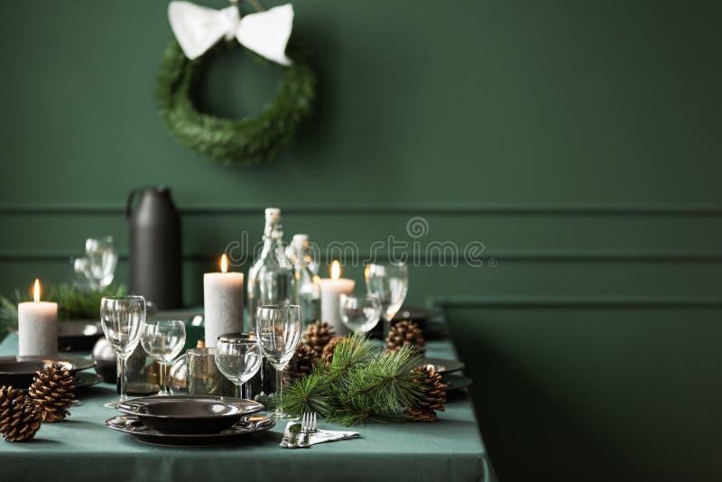 Elegante Tabelle eingestellt für Weihnachtsabendessen, Kopienraum auf leerer grüner Wand stockfotos