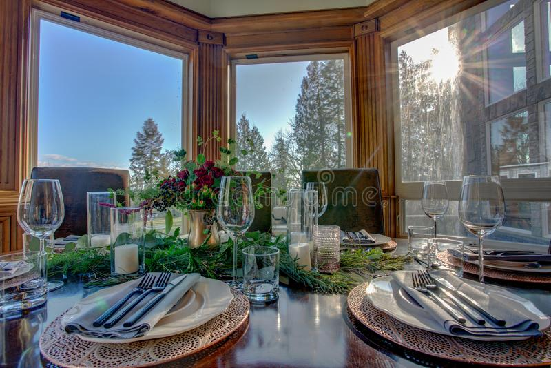 Elegante Tabelle stellte für Abendessen und schöne Fensteransicht ein stockfotografie
