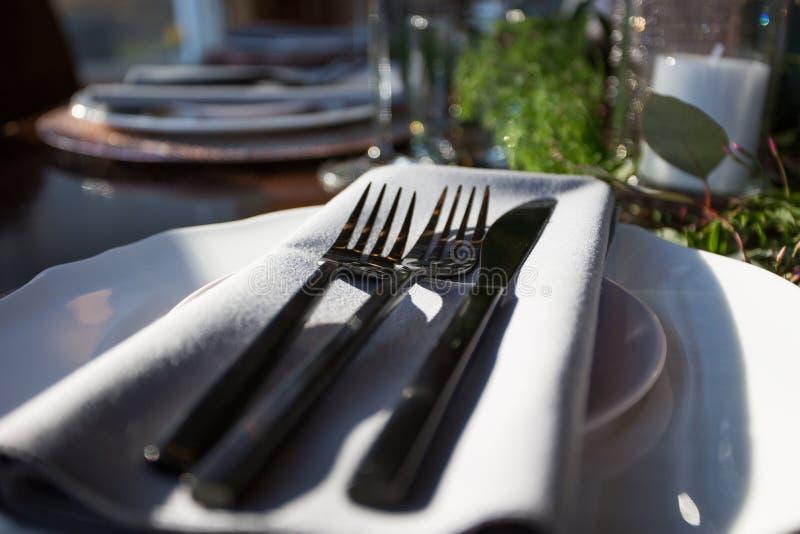 Elegante Tabelle stellte mit Fokus auf einer Platte ein stockbild
