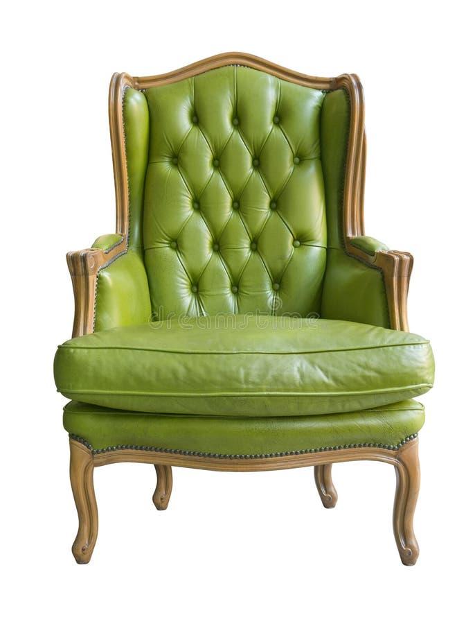 Elegante uitstekende houten leunstoel met groene die leerstoffering en hoofdkussen op witte achtergrond wordt geïsoleerd stock afbeelding