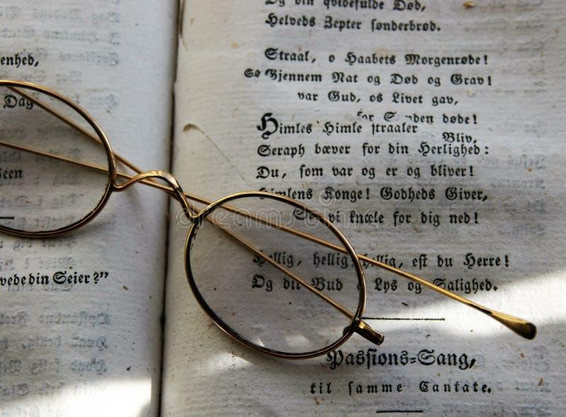 Elegante und antike Gläser auf einem Buch stockfotografie