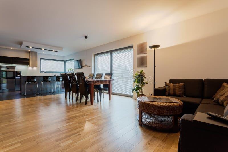 Elegante und moderne Wohnung stockfoto