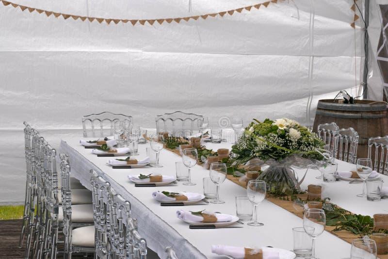 Elegante und natürliche Hochzeitstafeldekoration lizenzfreie stockfotos