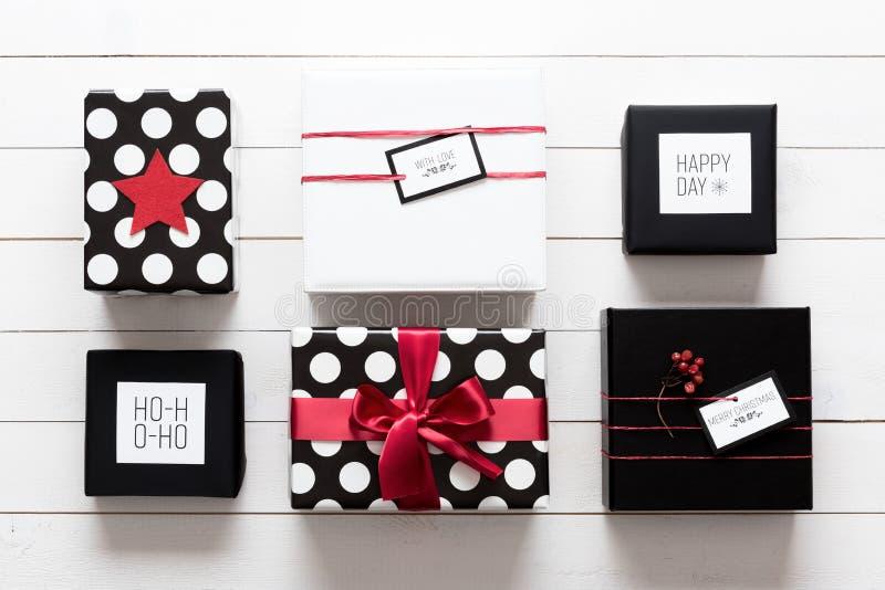 Elegante und schön eingewickelte schwarze, rote und weiße Weihnachtsgeschenke lizenzfreie stockbilder
