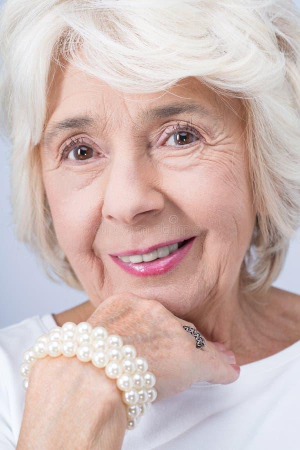 Elegante und stolze Frau von der Aristokratie lizenzfreie stockfotografie