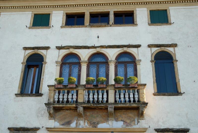 Elegante voorgevel van een oud die gebouw in de rechteroever van Brenta in het dorp van Oriago in provincie van Venetië in Ve wor stock fotografie