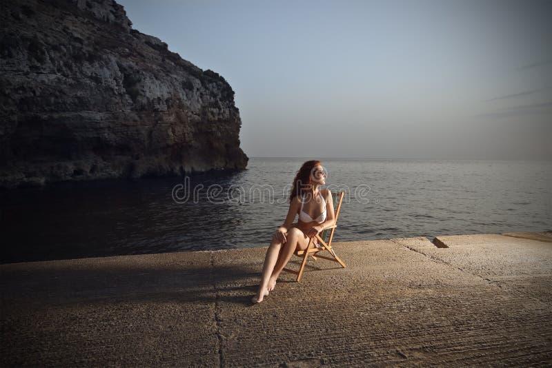 Elegante vrouw bij de kust royalty-vrije stock afbeeldingen
