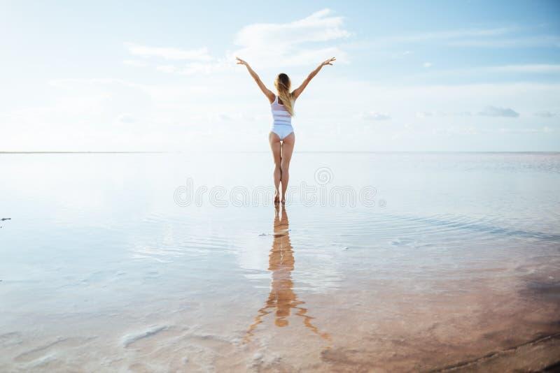 Elegante vrouw die op water dansen royalty-vrije stock fotografie
