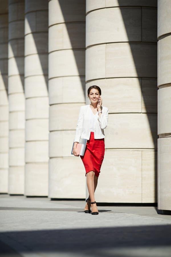 Elegante Vrouw die in Zonlicht lopen royalty-vrije stock fotografie