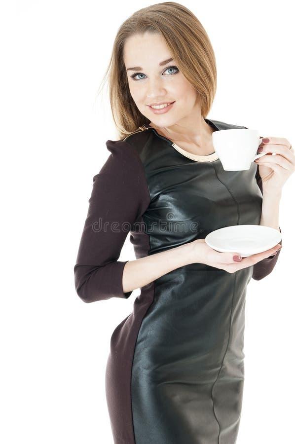 Elegante vrouw in een leer korte kleding   holdingskop. stock fotografie
