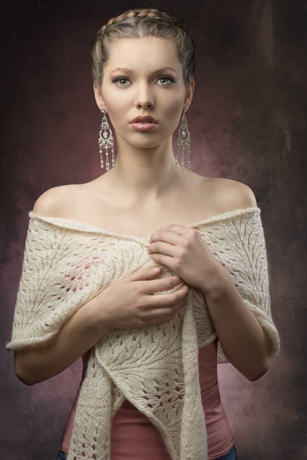 Elegante vrouw met creatief kapsel stock foto's