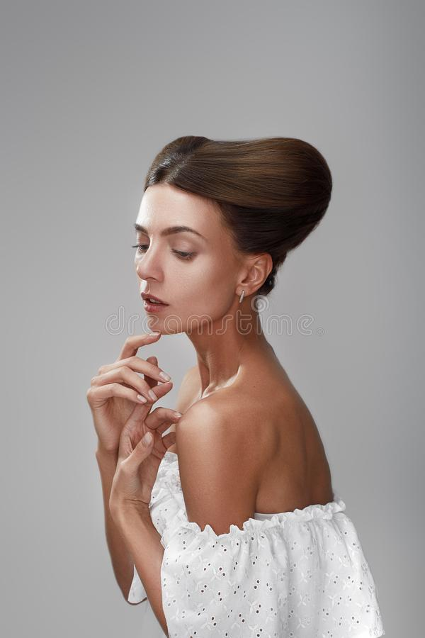 Elegante vrouw met het creatieve haar van het kapsel Mooie glanzende volume stock afbeelding