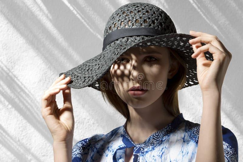 Elegante vrouw met hoed stock afbeeldingen