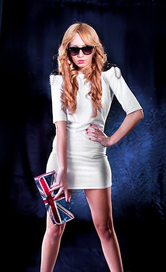 Elegante vrouw met zonnebril stock afbeelding