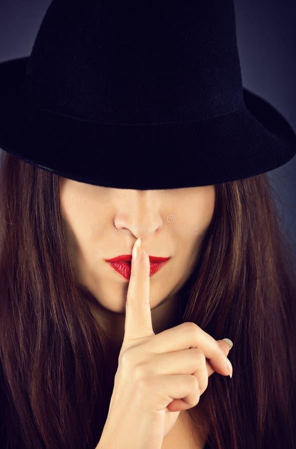 Elegante vrouw met zwarte hoed royalty-vrije stock fotografie