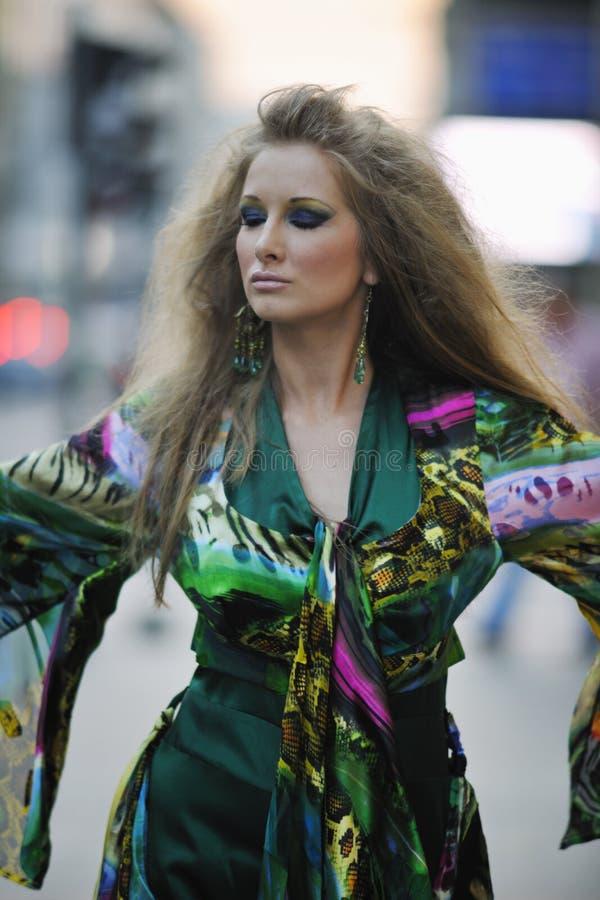 Elegante vrouw op stadsstraat bij nacht royalty-vrije stock foto's
