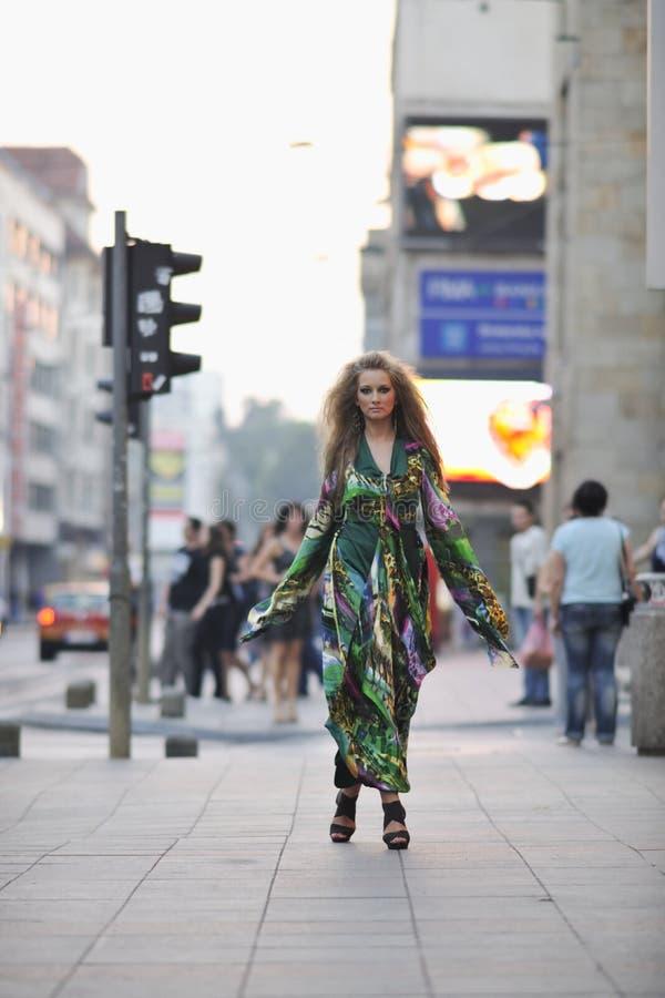 Elegante vrouw op stadsstraat bij nacht royalty-vrije stock foto