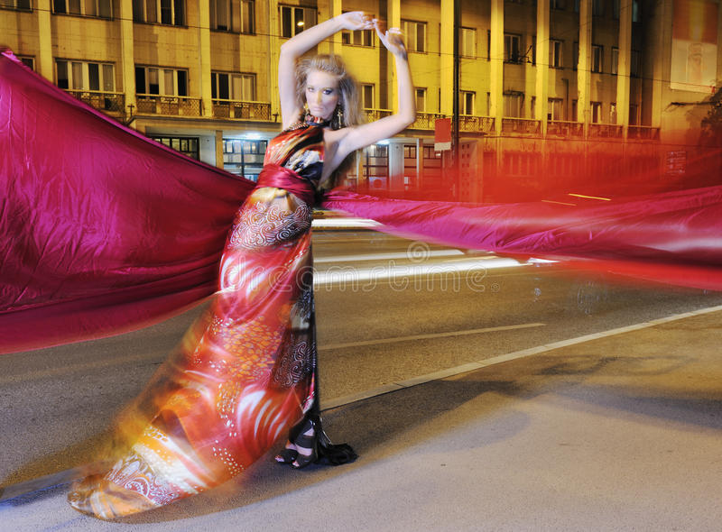Elegante vrouw op stadsstraat bij nacht stock afbeeldingen