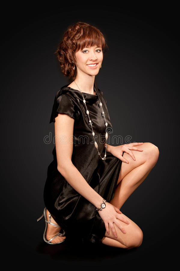 Elegante vrouw in zwarte kleding en hoge hielen royalty-vrije stock foto's