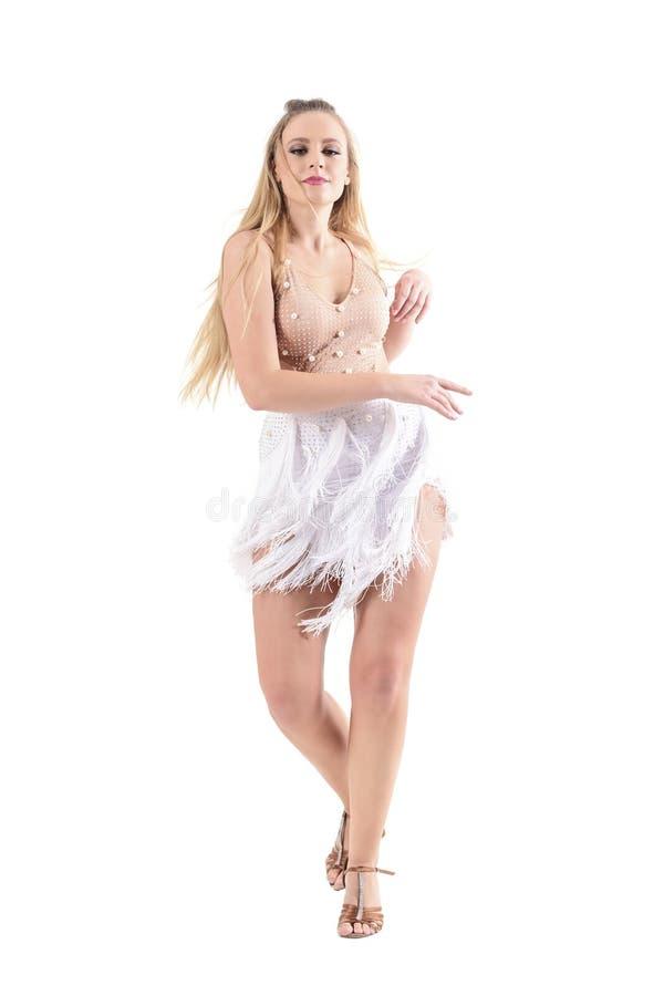 Elegante vrouwelijke ontspannen vrouwelijke professionele latino danser die passionately dansen royalty-vrije stock afbeeldingen