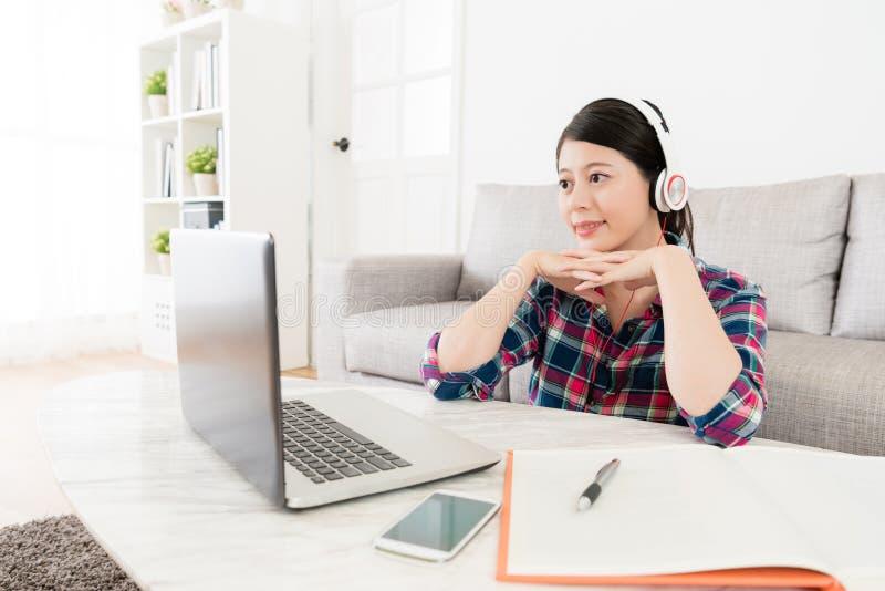 Elegante vrouwelijke student het letten op e-lerende video stock foto's