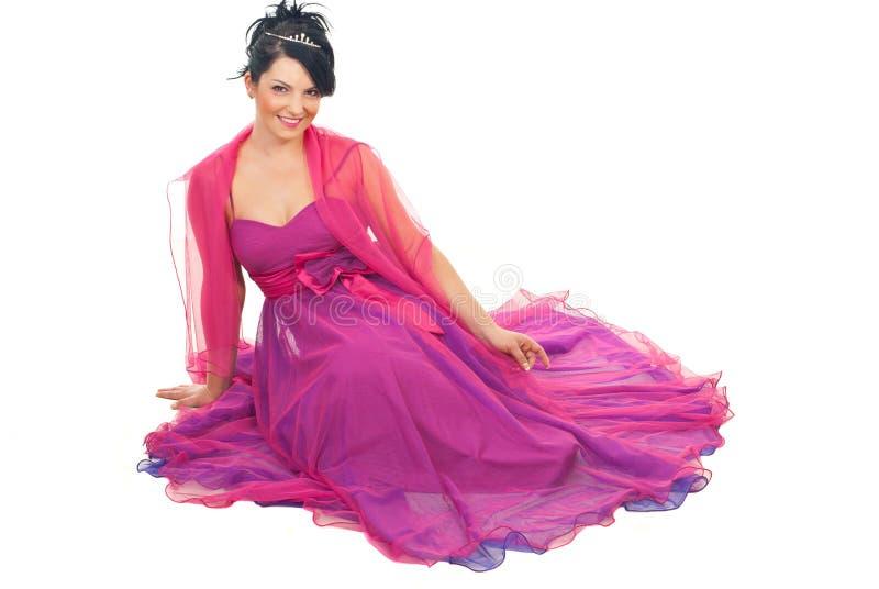 Elegante vrouwenzitting op vloer royalty-vrije stock afbeeldingen