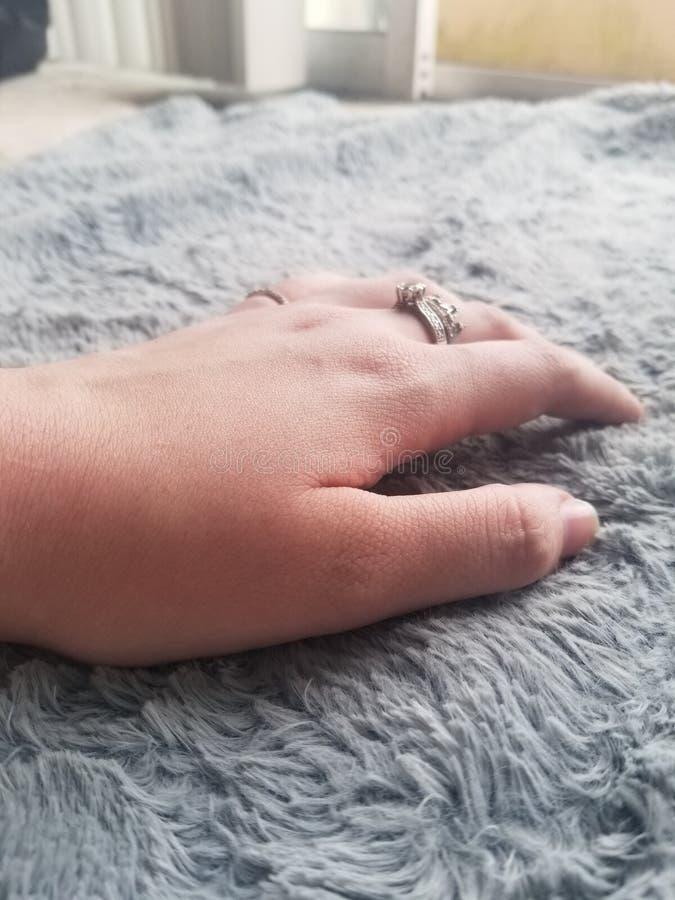 Elegante weibliche Hand mit 21 Jährigen stockfotografie