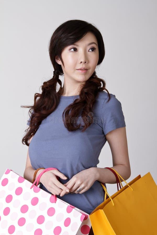 Elegante Winkelende vrouw stock fotografie
