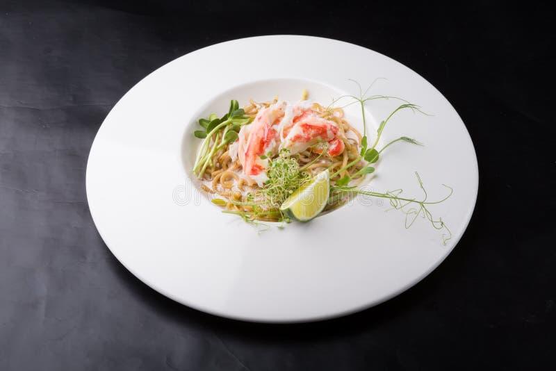 Elegante witte de noedelssalade van het krabvlees royalty-vrije stock afbeeldingen