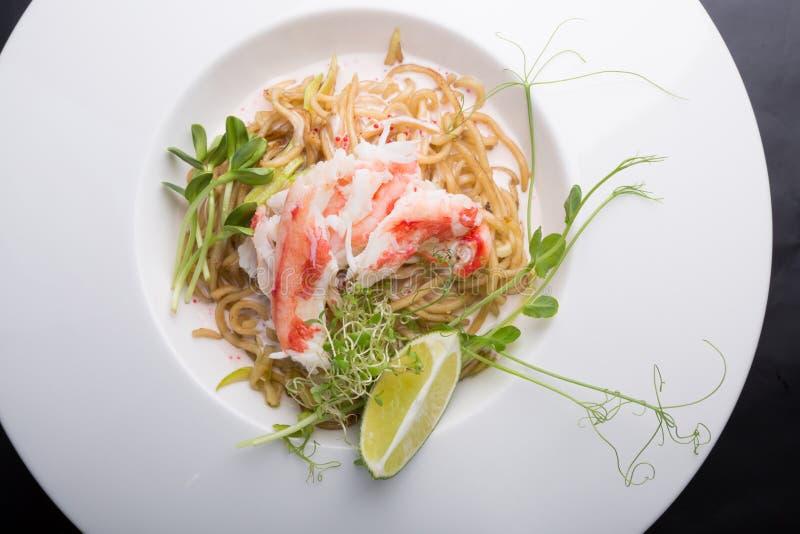 Elegante witte de noedelssalade van het krabvlees stock fotografie