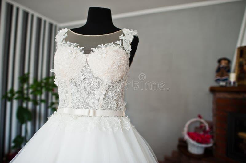 Elegante witte huwelijkskleding in het midden van de ruimte royalty-vrije stock fotografie