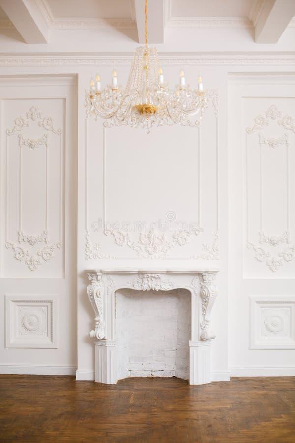 Elegante witte open haard in mooie witte ruimte royalty-vrije stock foto's