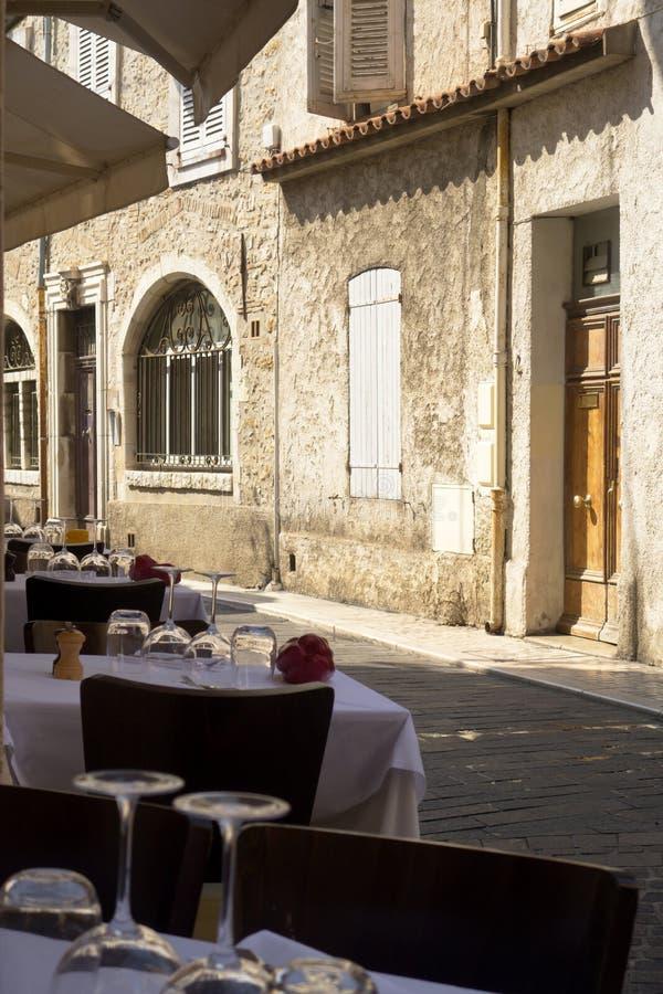 Elegante witte tafelkleden in elegante koffie op een oude straat met gesloten royalty-vrije stock afbeeldingen