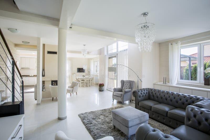 Elegante woonkamer in een heldere flat stock afbeeldingen