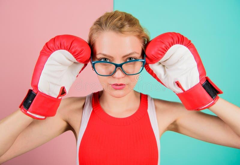 Elegante y fuerte Los guantes de boxeo de la mujer ajustan las lentes Triunfo con fuerza o intelecto Compromiso fuerte de la vict imagen de archivo libre de regalías