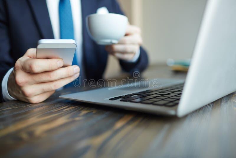 Elegante Zakenman Using Smartphone in Koffie stock fotografie